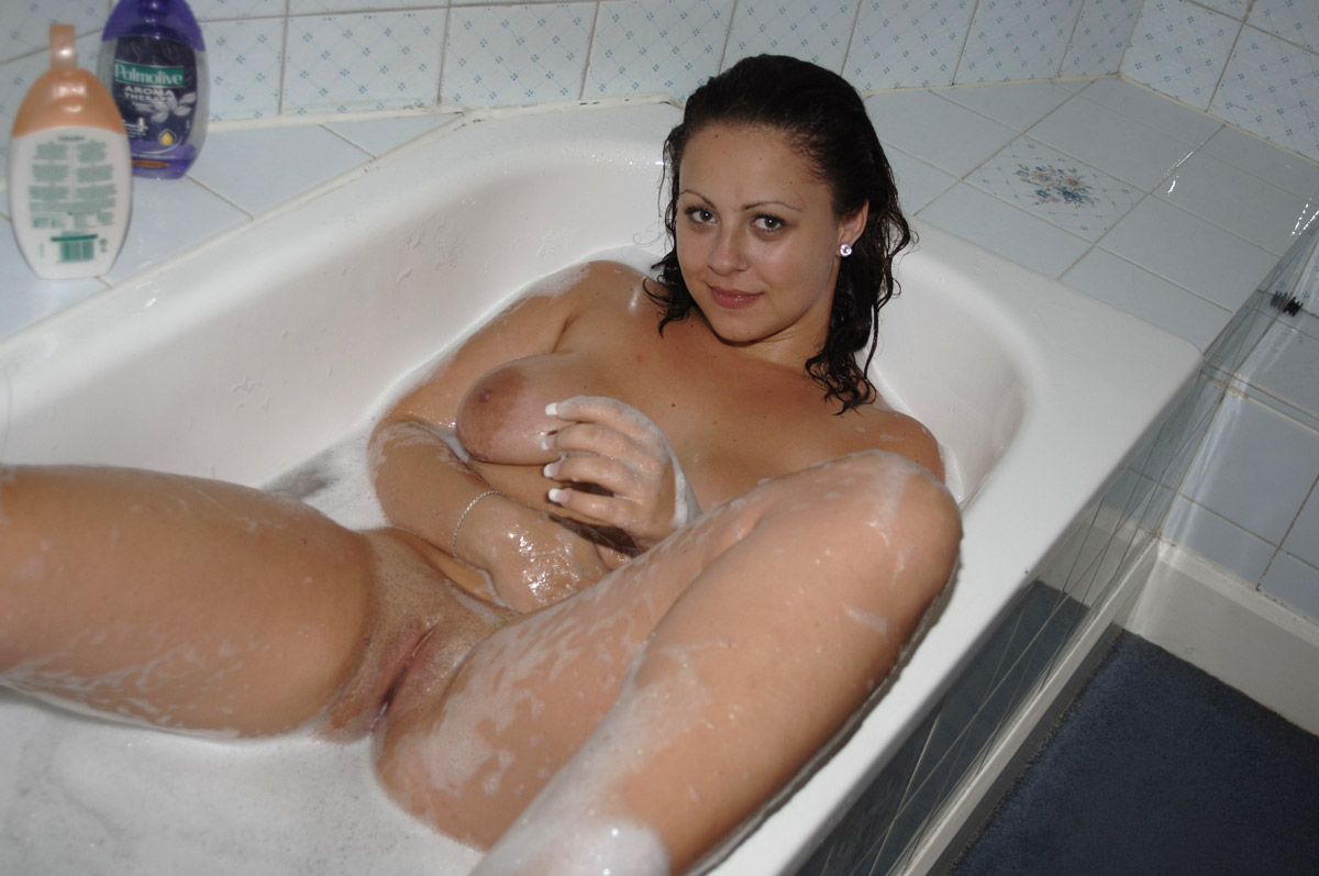 Girl shave pussy in tub